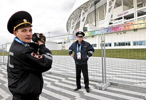 Venäläispoliisit ottivat toisistaan kuvia Fisht-stadionin ulkopuolella Sotšin olympialaisten aikaan viime helmikuussa.