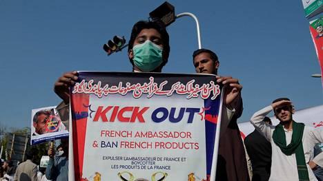 Pakistan | Suuttumus Macronia kohtaan kasvaa muslimimaissa – mielenosoittajat pyrkivät Ranskan lähetystölle Islamabadissa Pakistanissa