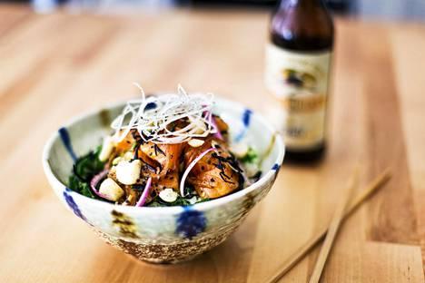Poke-kulhossa on kalaa ja kasviksia, jotka kasataan usein riisin päälle.