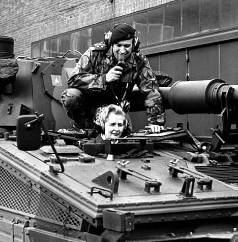 Margaret Thatcher asettui panssarivaunun ohjaimiin brittitukikohdassa Saksan Herfordissa tammikuussa 1976. Tuleva pääministeri toimi tuolloin Britannian konservatiivijohtajana.
