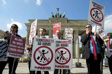 Satiirinen puolue Die Partei järjesti turistien vastaisen mielenosoituksen torstaina.