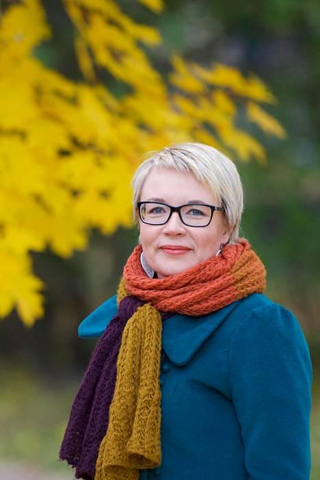 Apulaisprofessori Suvi Salmenniemi johtaa Suomen Akatemian rahoittamaa tutkimusta henkisen hyvinvoinnin palveluista Suomessa.