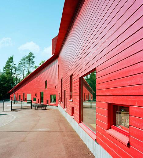 Vuonna 2009 valmistunut Ajurinmäen päiväkoti Espoossa erottuu ympäristöstään syvän punaisten julkisivujensa ansiosta.