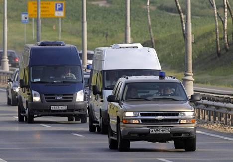 Autosaattue kuljetti yhdysvaltalaisvakoilijoihin vaihdettuja venäläisagentteja Moskovan lentokentältä heinäkuussa 2010.