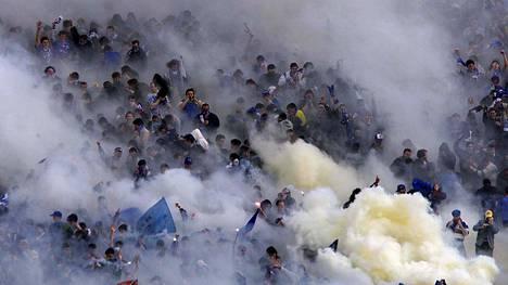 Sofian aina yhtä tulikuumassa paikallisottelussa Levski Sofian kannattajat juhlivat savujen kanssa joukkueensa maalia TsSKA Sofiaa vastaan.