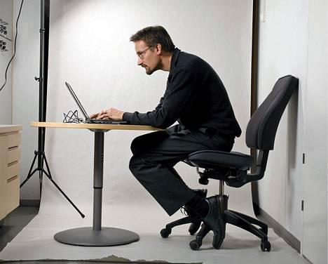 Moni viettää liikaa aikaa istuen esimerkiksi töissä.