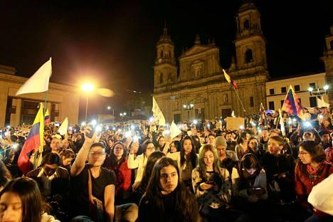 Rauhansopimuksen kannattajat marssivat lokakuussa Bogotán kaduilla.