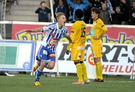 HJK:n Joel Pohjanpalo tuuletti maaliaan ottelussa IFK Mariehamnia vastaan jalkapallon Veikkausliigassa. Pohjanpalo viimeisteli Sonera-stadionin ottelussa kolme osumaa.