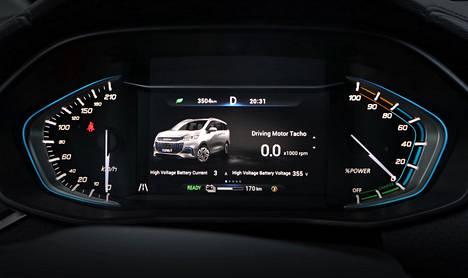 Mittarinäkymä on selkeä ja ratin napeilla voi keskinäytöstä selata yllättäviäkin tietoja.