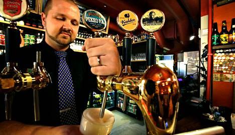 Helsinkiläisen Oluthuone Kaislan hanaoluista noin neljännes on suomalaisten pienpanimoiden tuotteita. Vuorovastaava Antti Törnqvistin mukaan pienpanimoiden oluet ovat suosittuja.