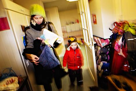 """Lyhyitä työpätkiä tekevä Ami Lindholm haki 4-vuotiaan tyttärensä Saaran päiväkodista Tikkurilassa Vantaalla. Lindholmin mielestä on hämmentävää, että lasten päivähoito-oikeus voi jatkossa vaihdella kuntakohtaisesti. """"Jos asuisin edellisen juna-aseman kohdalla Helsingin Puistolassa, tilanne olisi erilainen."""""""