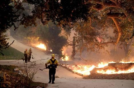Palomiehet yrittivät rajoittaa palon leviämistä perjantaina Cornell Roadilla lähellä Paramount Ranch -elokuvakylää.