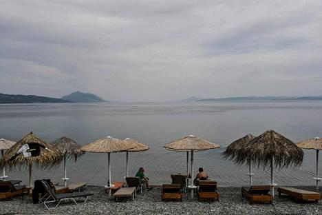 Turisteja Kreikkaan kuuluvan Euboian saaren rannalla toukokuussa 2021.