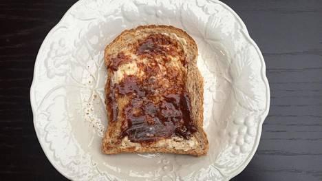 Britanniassa tyypillinen iltapalaleipä voidellaan sekä rasvalla että Marmitella.