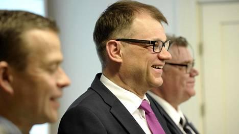 Valtiovarainministeri Petteri Orpo, pääministeri Sipilä ja ulkoministeri Timo Soini infossa Kesärannassa maaliskuussa.