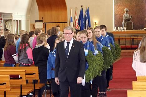 Tilaisuuden päätteeksi lähetettiin kirkkoupseeri Matti Ojasen johdolla seppelpartiot kuudelle muistomerkille.