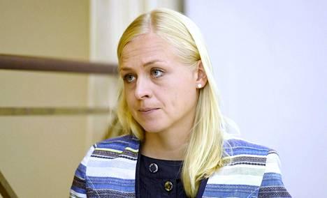 Elina Lepomäki harmittelee, että hänen nimissään julkaistaan verkossa kummallisia kirjoituksia.