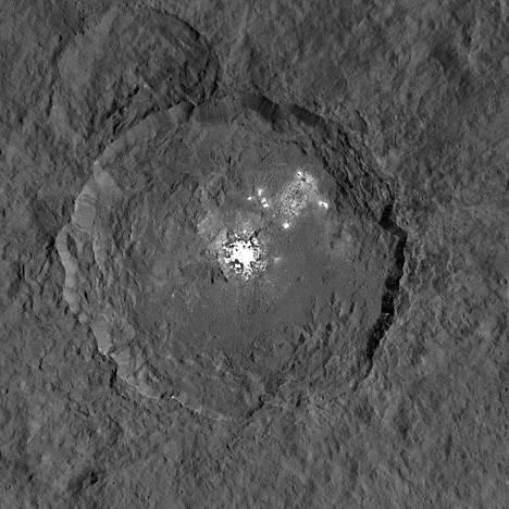 Eniten vaaleita laikkuja Cereksellä on Occatorin kraatterissa, jonka läpimitta on 92 kilometriä. Laikutkin ovat usean kilometrin läpimittaisia.