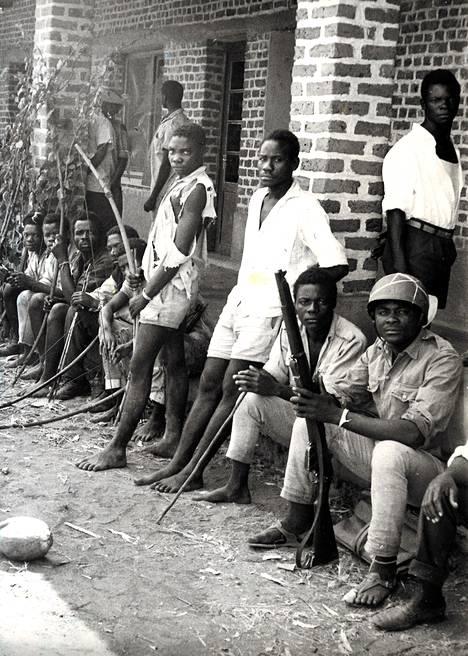 Kiväärillä aseistettu santarmi ja hänen jousia kantavat soturinsa muodostavat osan Kongon hallituksen joukoista, jotka olivat työntämässä takaisin Soulamilotin johtamia kapinallisia Albertvillesta.