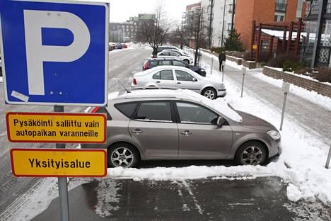 Taloyhtiön autopaikoilla ei pidä säilöä autoja.