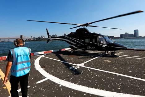 Uberin työntekijä opasti helikopteripalveluun tutustuvia toimittajia torstaina New Yorkissa.