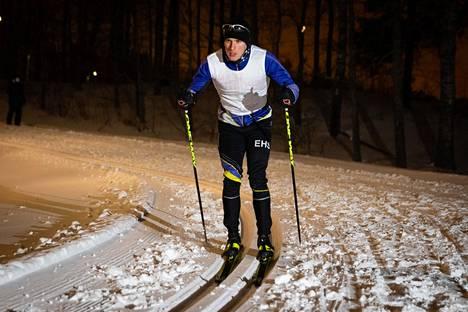 Eetu Isometsä testasi suksiaan keskiviikkona ennen Suomen cupin viestiä, jossa hän toi Espoon Hiihtoseuran ykkösjoukkueen maaliin 16. sijalla.