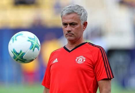 Manchester Unitedin manageri José Mourinho on valmis hankkimaan Real Madridin Gareth Balen. Mourinho pallotteli maanantaina joukkueensa harjoituksissa Makedonian Skopjessa.