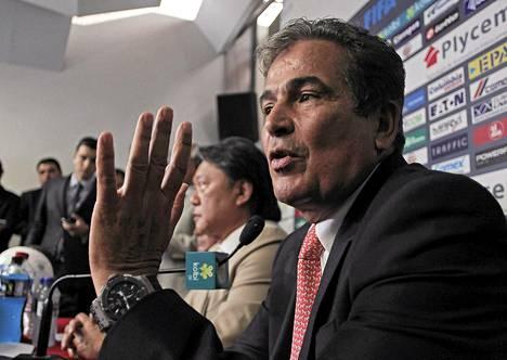 MM-kisojen yllättäjää Costa Ricaa valmentanut Jorge Luis Pinto ilmoitti eroavan tehtävistään eilen järjestetyssä tiedotustilaisuudessa. Maan jalkapalloliiton puheenjohtaja Eduardo Lee kuuntelee Pinton ilmoitusta vakavana.
