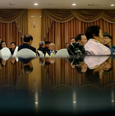 Perheiden tapaamiseen valitut eteläkorealaiset valmistautuivat sukulaistensa kohtaamiseen hotellissa Sokchossa keskiviikkona.