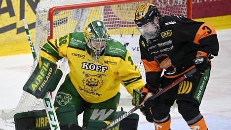 Uransa ensimmäisen pudotuspelin torjunut maalivahti Eetu Mäkiniemi kuului Ilveksen hahmoihin KooKoo-ottelussa. 36 kertaa kiekon tielle ehtinyt Mäkiniemi esti muun muassa Arttu Pellin maalintekoaikeet.