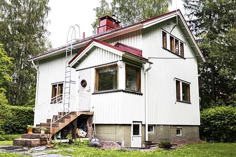 Rintamamiestalo on kaikille suomalaisille tuttu talotyyppi. Tuomi-Nikulat muuttivat valkoiseen taloonsa muutama vuosi sitten.