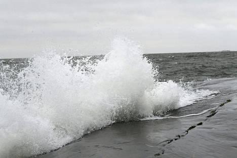Laaja-alainen matalapaine ja myrskyalue lähestyy Suomea sunnuntaina. Kuva on otettu Helsingissä 3. tammikuuta.
