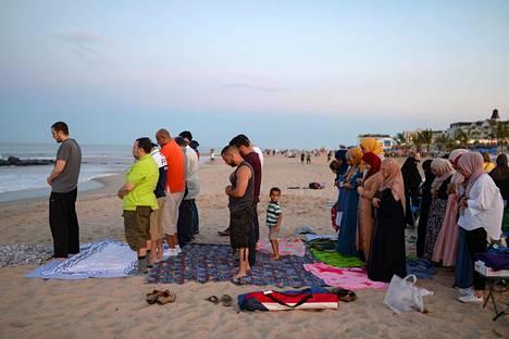 Eid-juhlan rukoushetki Long Branchissa New Jerseyssa Yhdysvalloissa lauantaina. Eid-juhlaa vietetään muslimien ramadan-paastokauden päättymisen kunniaksi.
