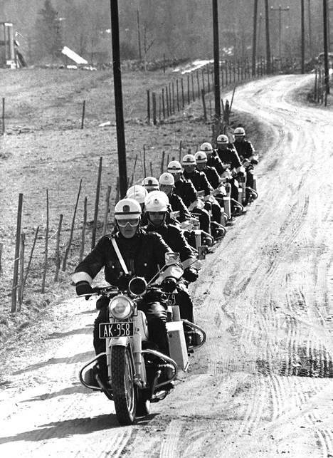 Poliisiopiston moottoripyörämiehet taittavat taivalta valkoisilla ajokeillaan. Kestävyysajo on kurssin ajoharjoitusten päätös.
