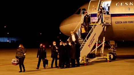 Moskovasta karkotetut Tšekin diplomaatit saapuivat Vaclav Havelin lentokentälle Prahaan maanantai-iltana.