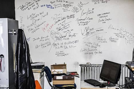 Elokuvateatteri Lapinsuun konehuoneessa on seinä, johon festivaaleilla käyneet näyttelijät ja ohjaajat ovat vuosien aikana jättäneet nimikirjoituksensa. Seinällä on muun muassa edesmenneen Lasse Pöystin nimikirjoitus.