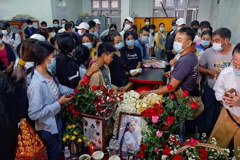 Myanmarilaiset osallistuivat 19-vuotiaan Kyal Sinin hautajaisiin torstaina Mandalayssa Myanmarissa.