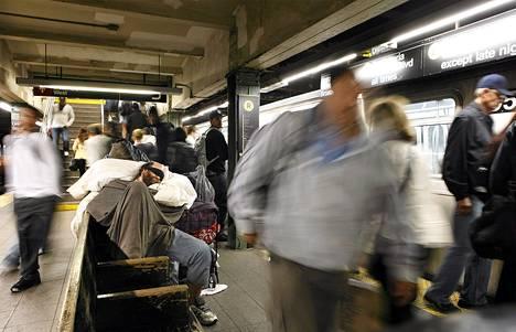 Koditon mies nukkuu metroasemalla New Yorkissa.