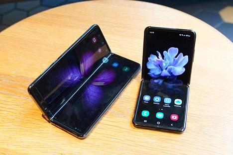 Samsungin taittuvanäyttöiset älypuhelimet ovat keskenään hyvin erikokoisia. Vasemmalla Galaxy Fold ja oikealla Z Flip.