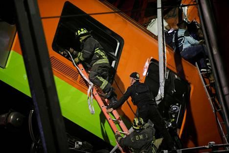 Pelastustyöntekijöitä onnettomuuspaikalla Méxicossa.