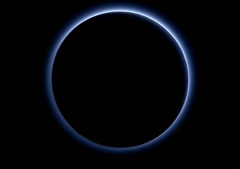 Plutoa ympäröivä usva paljastui värikuvissa siniseksi.