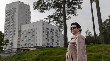 """Helsingin Eirassa lapsuutensa viettänyt Marjaana Lehtinen, 72, kertoo viihtyvänsä erinomaisesti Kontulassa. Lehtinen sanoo pitävänsä ostoskeskuksen uudistamista """"erinomaisena asiana"""", mutta laajat tiivistämissuunnitelmat ja niiden luontovaikutukset huolettavat."""