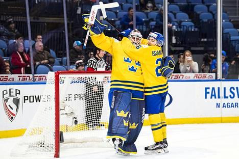 Ruotsin maalivahti Filip Gustavsson pelasi hienon ottelun Yhdysvaltoja vastaan MM-välierässä ja sai onnittelijakseen puolustaja Erik Brännströmin.