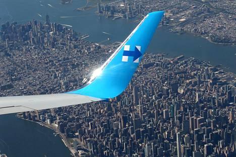 Yhdysvaltain demokraattien presidenttiehdokkaan Hillary Clintonin lentokone lentää Manhattain yllä.