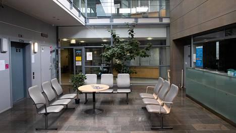 Helsinkiläisen Laajasalon terveysaseman odotushuone oli perjantaina iltapäivällä tyhjä.