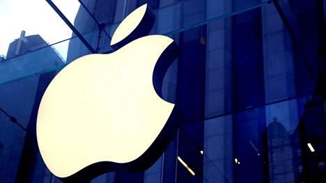 Applen logo yrityksen myymälän edessä Manhattanilla New Yorkissa lokakuussa 2019.