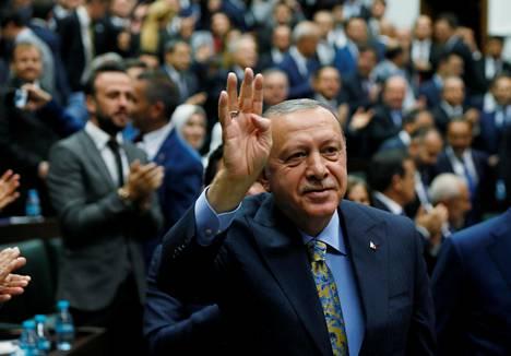 Turkin presidentti Recep Tayyip Erdoğan piti tiistaina tiedotustilaisuuden parlamentin edessä.