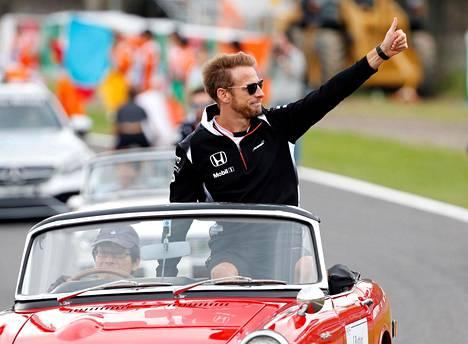 Jenson Button tervehti yleisöä ajajien esittelyssä Japanin gp:ssä lokakuussa.
