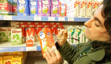 Aleksandr Galperin katseli maanantaina kaupassa Valion Venäjällä valmistettuja maitoja. Hänelle on yhdentekevää, onko maito suomalaista vai venäläistä, kunhan se on laadukasta.