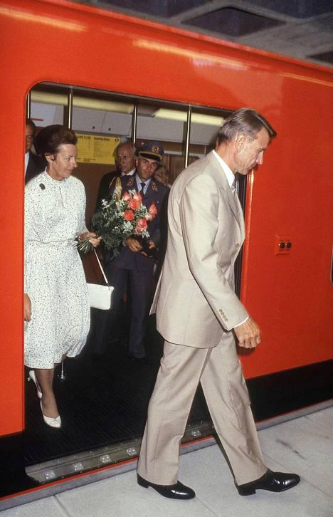 Presidentti Mauno Koivisto puolisonsa Tellervon kanssa Helsingin metron avajaisissa elokuussa 1982.